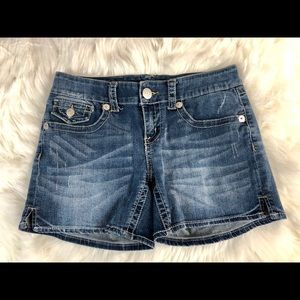 Seven7 distressed low rise size 6 cute shorts